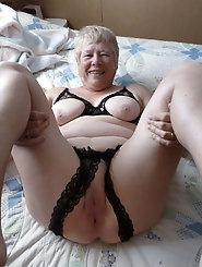 Curvy experienced mistress is fingering her pussy