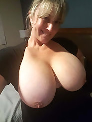 HQ MILF is posing undressed for money