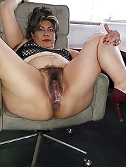Explosive mature bitch is fingering herself